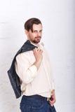 De mens hing omhoog jasje op zijn schouder stock fotografie
