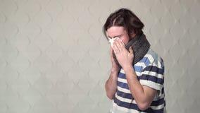 De mens hoest en blaast Neus stock video