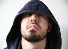 De mens in hoodie kijkt vijandig royalty-vrije stock afbeelding