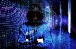 De mens in hoodieoverhemd is hakker De veiligheidsconcept van de computer abstract beeld van Lichte sporen de aanvallen van de vi Stock Foto