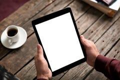 De mens houdt digitale tabletcomputer in zijn handen Stock Foto