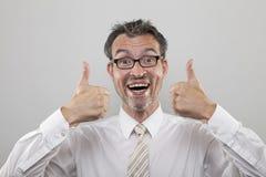 De mens houdt duimen tegen Stock Foto's