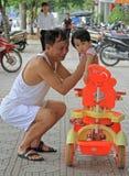 De mens houdt een jongen in zijn handen op de straat Stock Foto's