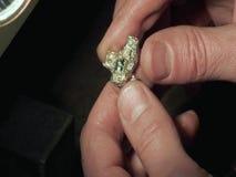 De mens houdt een ring stock video