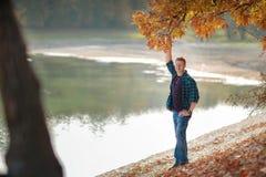 De mens houdt eiken tak in de herfst royalty-vrije stock foto's