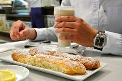 De mens houdt glas van traditionele die Valencian drank, van gele die nutsedge wordt gemaakt als horchata DE chufa met farton wor royalty-vrije stock afbeelding