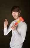 De mens houdt Houten hamer Stock Foto