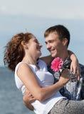 De mens houdt in openlucht zijn vrouw op handen Stock Afbeelding