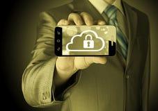 De mens houdt slimme telefoon met het concept van de wolkenveiligheid Royalty-vrije Stock Afbeeldingen