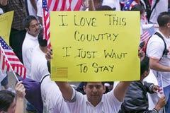 De ?mens houdt teken zeggend liefde '' I dit land '' Stock Afbeeldingen