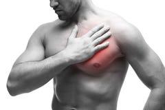 De mens houdt voor hart Jonge spierdiemens met borstpijn op witte achtergrond wordt geïsoleerd Stock Foto's