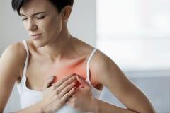 De mens houdt voor hart Mooie Vrouw die Pijn in Borstgezondheidszorg voelen royalty-vrije stock afbeelding