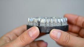 De mens houdt voorwerp op metaal 3d printer die wordt gedrukt stock footage