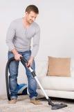 De mens huisvest het werk met stofzuiger Stock Fotografie