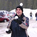 De mens jongleert met sneeuwballen royalty-vrije stock foto's