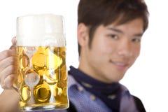 De mens juicht met Oktoberfest bierstenen bierkroes toe - Prost Stock Fotografie