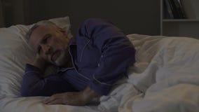 De mens kan niet vallen slaap, uitgeput door slechte gedachten en droevig geheugen, slapeloosheid stock videobeelden