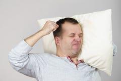 De mens kan de slaap van ` t wegens lawaai stock foto