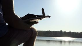 De mens keert thapagina's van een familiealbum op om een meerbank en een bij stock footage