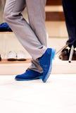 De mens kiest schoenen. Stock Afbeeldingen