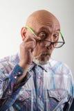 De mens kijkt verrast Stock Foto's