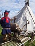 De mens kleedde zich in het kostuum van Lapland royalty-vrije stock afbeelding