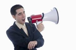 De mens kleedde zich in kostuum en band schreeuwend door megafoon Stock Foto's
