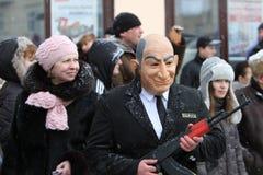 De mens kleedde zich in masker op VolksFestival Malanca Stock Afbeelding