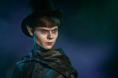 De mens kleedde zich omhoog als Dracula voor de Halloween-partij Royalty-vrije Stock Foto's