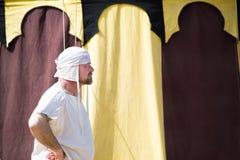 De mens kleedde zich in witte kleurrijke geometrisch als achtergrond Royalty-vrije Stock Foto's