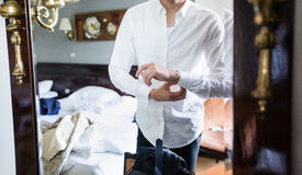 De mens kleedt wit overhemd Royalty-vrije Stock Foto's