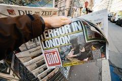 De mens koopt een krant van Matrijzenbild van perskiosk na Londen