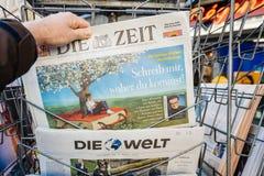 De mens koopt een krant van perskiosk na de aanval van Londen Stock Foto's
