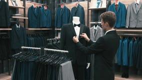 De mens koopt klassieke kleren en schoenen stock video