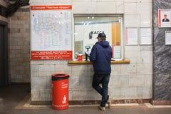 De mens koopt ondergronds kaartje bij kassa in Moskou Moskou, 08,2018 Maart, Royalty-vrije Stock Foto