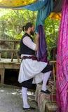 De mens in kostuum het drinken uit een metaalkop die een boho onderzoeken curtained paviljoen in hout royalty-vrije stock fotografie
