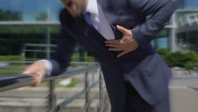 De mens in kostuum voelt in openlucht slecht, duizelig effect, problemen met hart, ademhaling stock footage