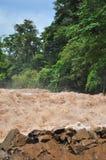 De mens kruist de dalingen van Khone Phapheng op de Mekong Rivier in Laos op een kabel tijdens de Moesson overstroming stock fotografie