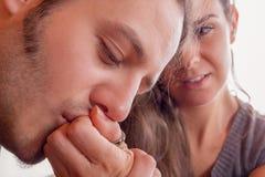 De mens kust zacht hand van zijn meisje Stock Foto