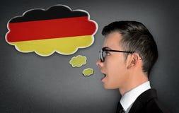 De mens leert het sprekende Duits Stock Foto's