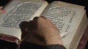 De mens leest een oud oud Slavisch boek stock video