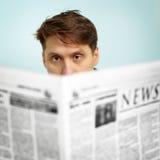 De mens leest nieuws in de krant Stock Foto
