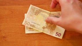 De mens legt Bulgaars lev geld en Euro op bovenkant stock video