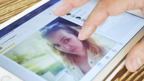 De mens let Facebook-op toepassing op witte iPad stock videobeelden