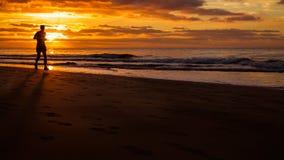 De mens loopt door het strand Royalty-vrije Stock Fotografie