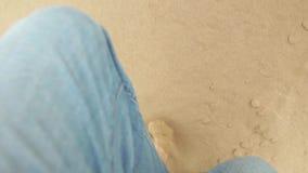 De mens loopt tot de bovenkant van duin in woestijn stock video