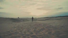 De mens loopt in woestijn stock footage