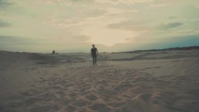 De mens loopt in woestijn stock videobeelden