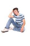 De mens luistert aan de muziek Stock Foto