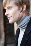 De mens luistert aan muziek Royalty-vrije Stock Afbeelding